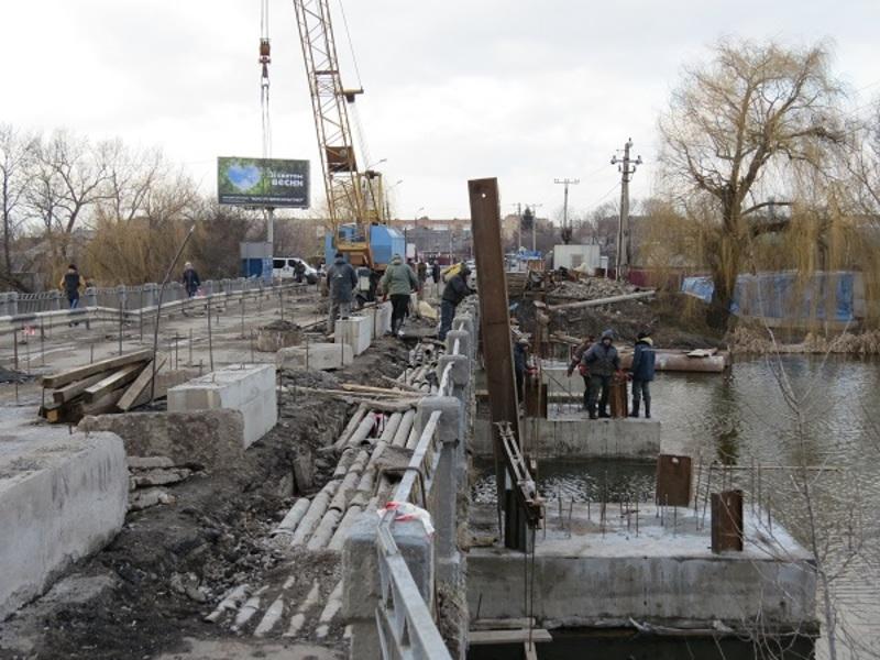 Залізобетонна конструкція мосту, довжиною 57 метрів, була зведена ще 56 років тому