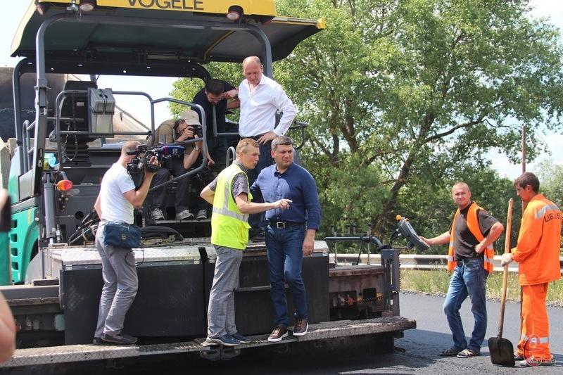 Володимир Гройсман подивився на ремонт дороги в Хмельницькому районі