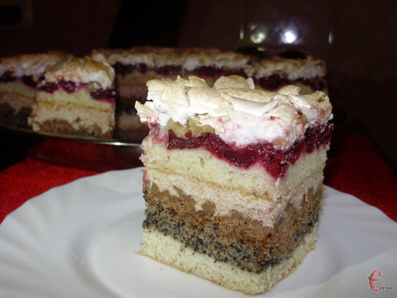 Шоколадні та ванільні коржі, макова начинка, смажені горішки, соковиті вишні, а зверху – пишна меренга, яка нагадує засніжені піки Карпат. Це не тортик, а справжня солодка мрія!