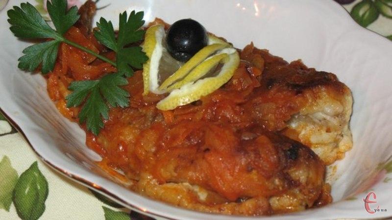 Будь-яка рибка під томатно-овочевим соусом – це і смачно, і нескладно в приготуванні, і ефектно на столі.