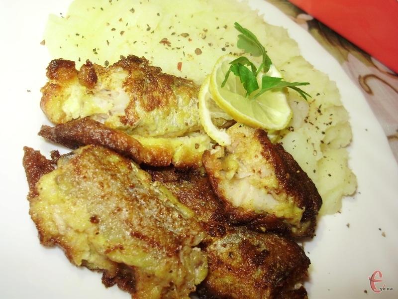 Рибка в цибуляному клярі виходить соковитою та ніжною