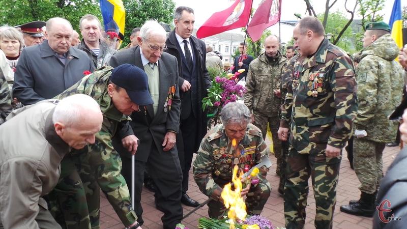 До Вічного вогню поклали квіти