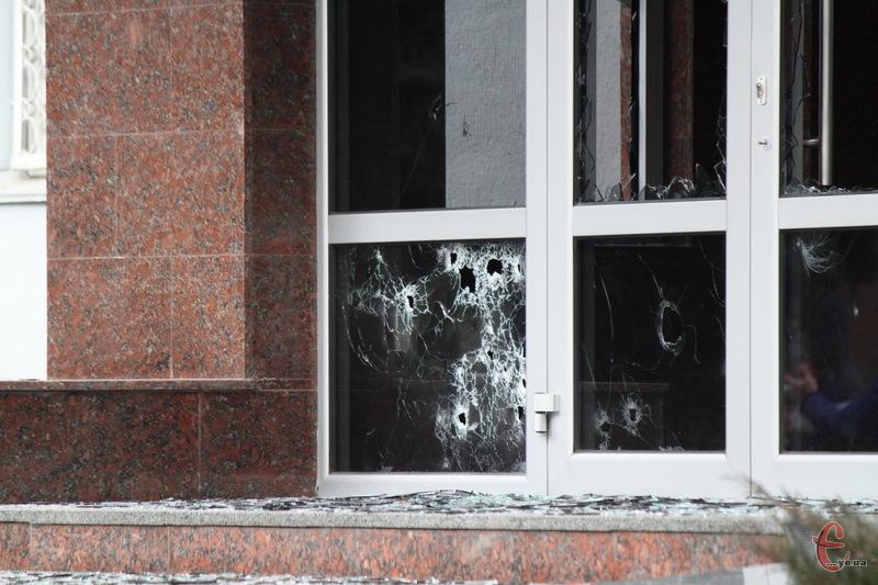 19 лютого 2014 року - отвори від куль у прибудові до приміщення СБУ