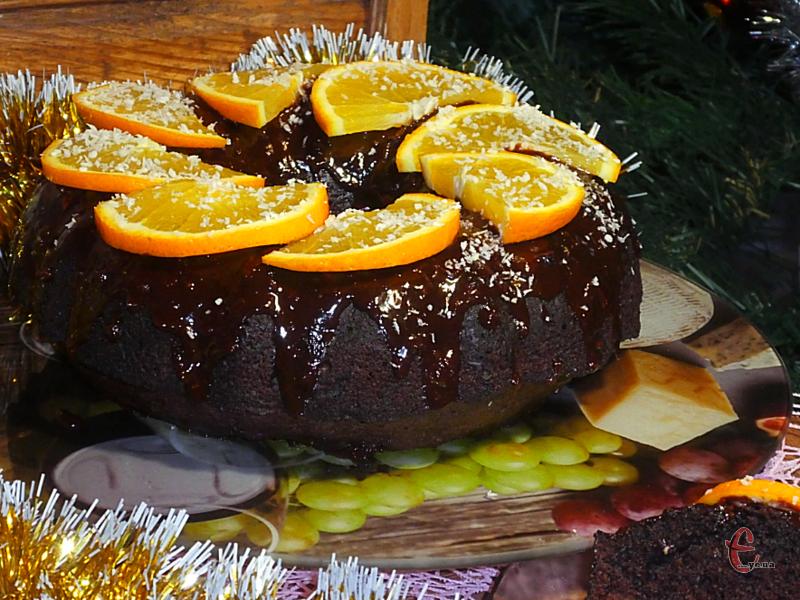 Оксамитовий, соковитий м'якуш, у якому гармонійно поєдналися шоколад та апельсин. Додайте сюди ароматні цукати й сухофрукти, нотки кориці та імбиру… І все це в обрамленні смачнючої шоколадно-апельсинової глазурі!