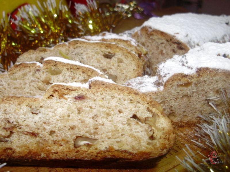 Ця різдвяна випічка завжди має певну форму й обов'язково всипана цукровою пудрою.