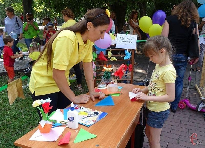 Дітей навчали працювати із кольоровим папером