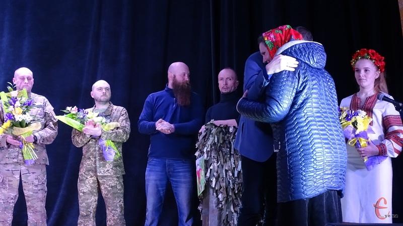 Ордер на квартиру вручили матері загиблого Героя Небесної Сотні