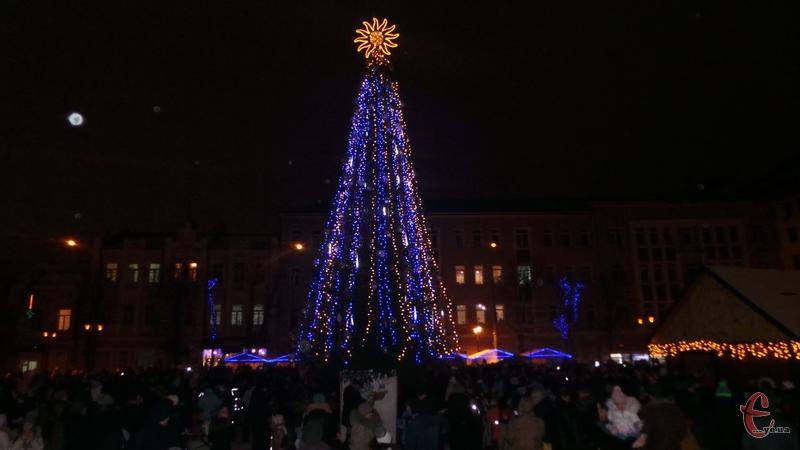 У Хмельницькому засвітились вогники на головній ялинці міста