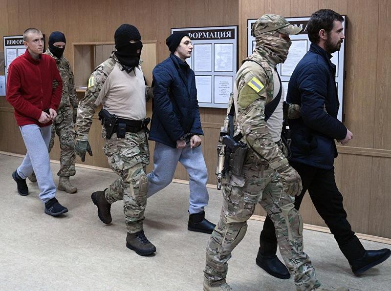 Шепетівчанину Сергійю Цибізову (у червоній кофті) та іншим українським полоненим морякам продовжили термін арешту