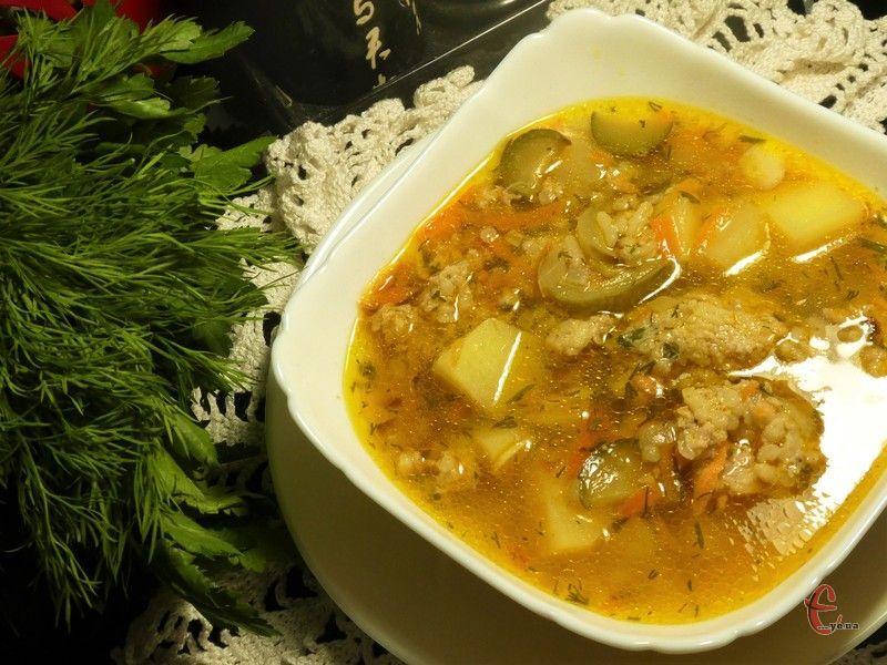 Огіркова зупа – це польський варіант розсольника, який готується без перловки на основі огіркового маринаду.
