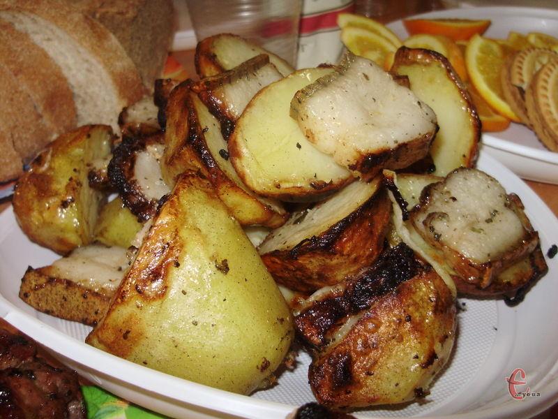 Зовні кільце картоплі виходить злегка зарум'яненим, трішки нагадує картоплю, запечену у вугіллі. В середині ж вона розсипчаста, ароматна, «з димком»!