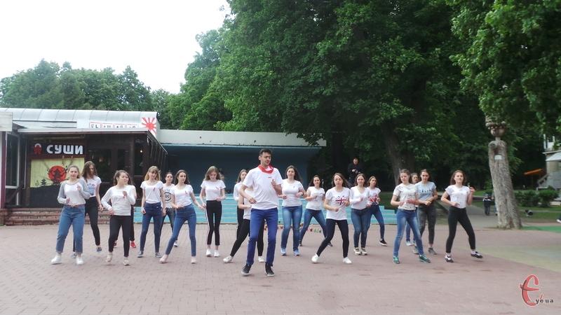 Студенти організували флешмоб до Дня пам'яті людей, які померли від СНІДу