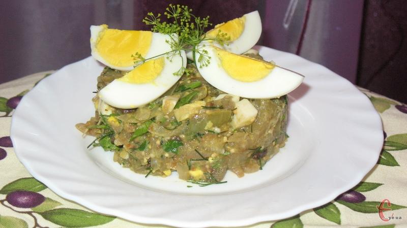 Викласти салат у салатник і прикрасити часточками яйця.