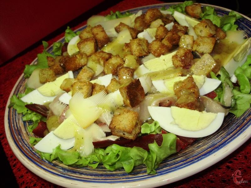 Замість курки в салатику використовується оселедець.