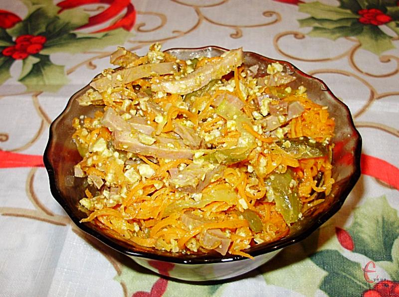 Корейська морква чудово гармоніює із м'ясом, а мариновані огірки відтіняють смак страви.