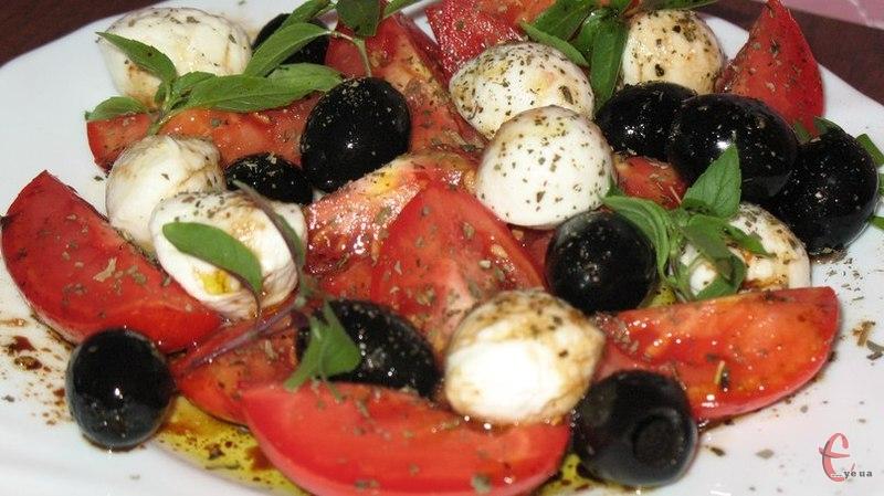 Це всесвітньовідомий італійський салат. Дуже легкий й смачний.
