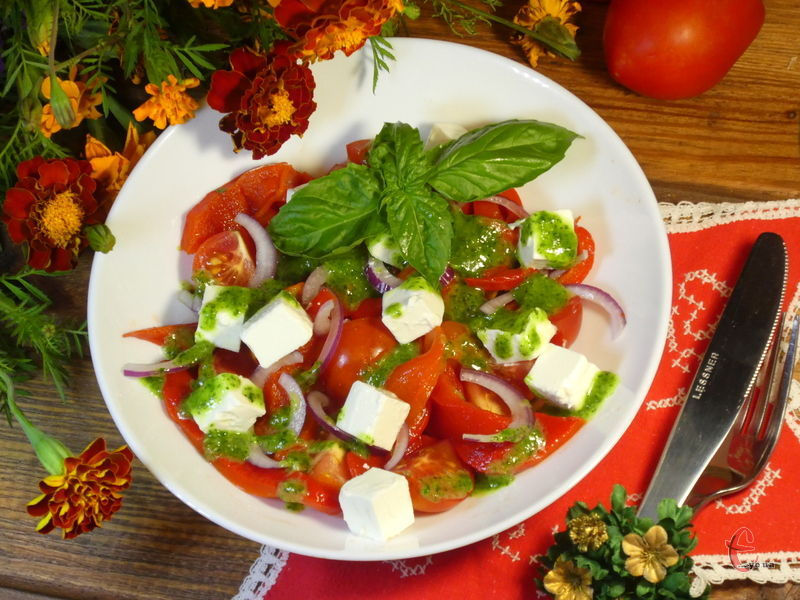 Страва складається всього лише з декількох інгредієнтів — помідорів, перцю та сиру фета, але заправка робить її шалено смачною!