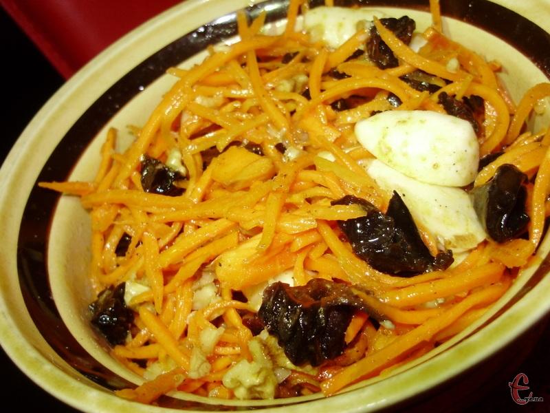 Морква вдало поєднується з ніжною моцарелою, а нотку пікантності додає чорнослив та часник.
