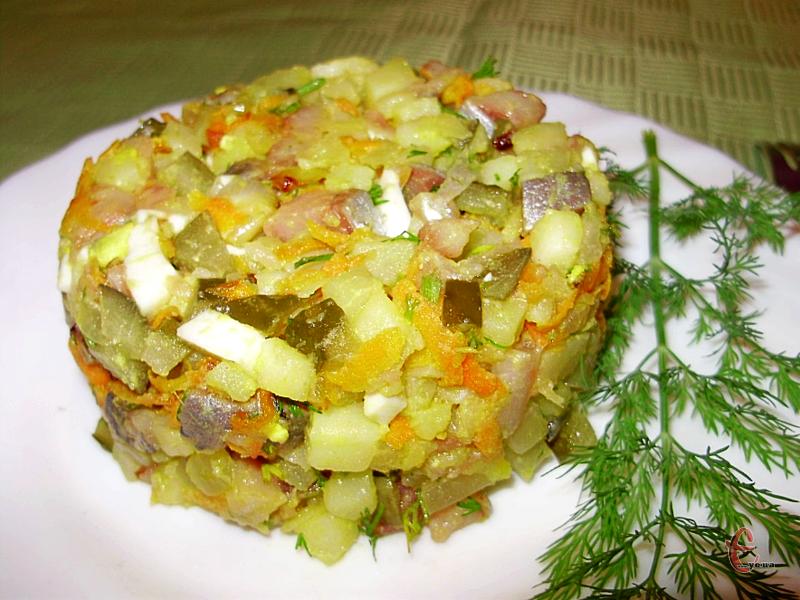 Класичне поєднання картоплі з оселедцем дарує дивовижний, ніжний і несподівано яскравий смак, особливо якщо додати незвичні продукти.