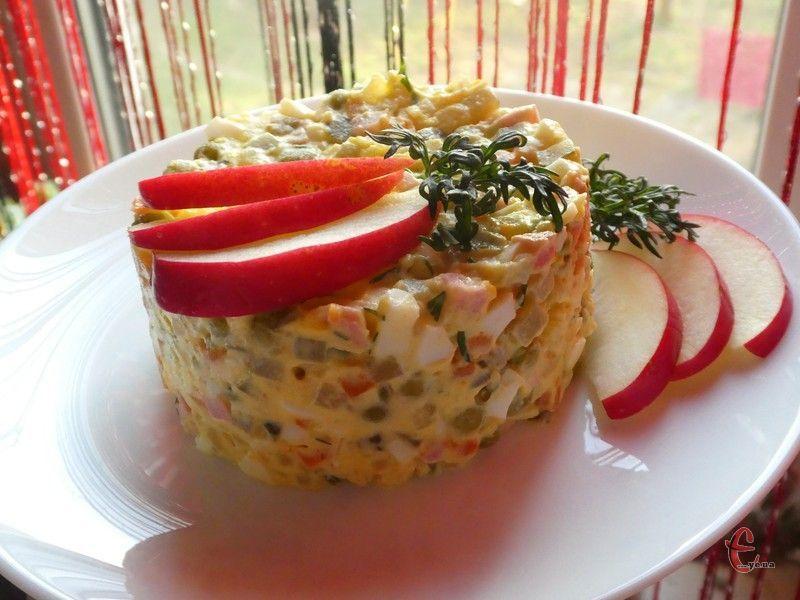 Яблуко додає незвичного смаку: воно яскраво відчувається в салаті, але не перебиває інші інгредієнти.