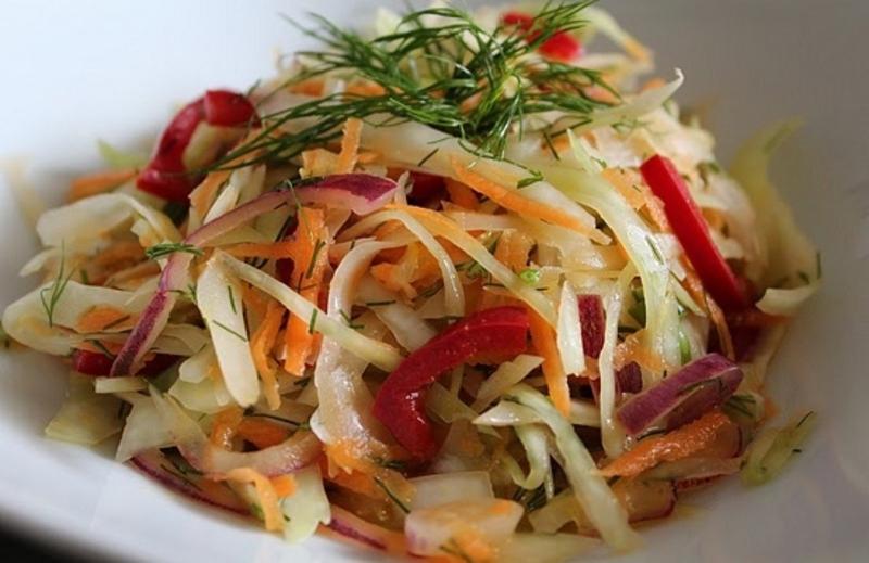 Смачний та корисний салат з сезонних овочі за рік подорожчав на 21,58 гривень.