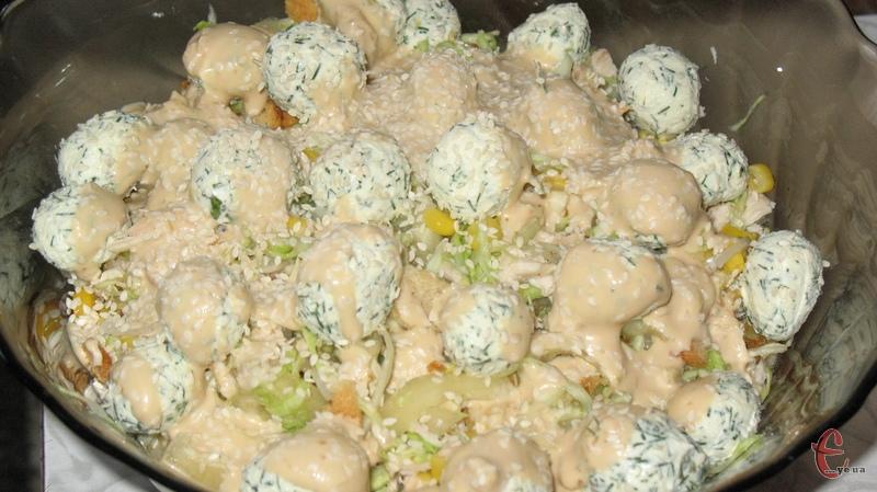 Гріховно смачний салат з капусти, болгарського перцю, курки і часникових крутонів.