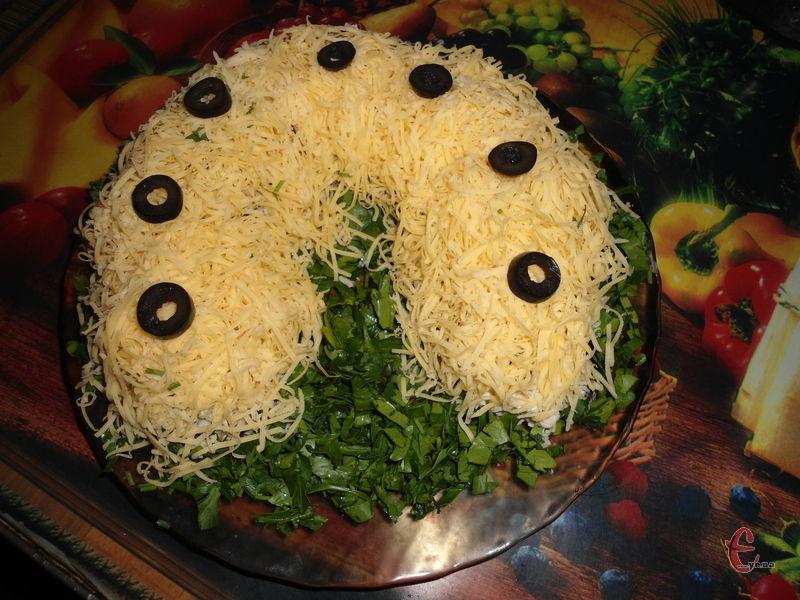 За бажанням салат можна прикрасити нарізаними кружальцями маслин – це будуть символічні цвяшки на підкові.