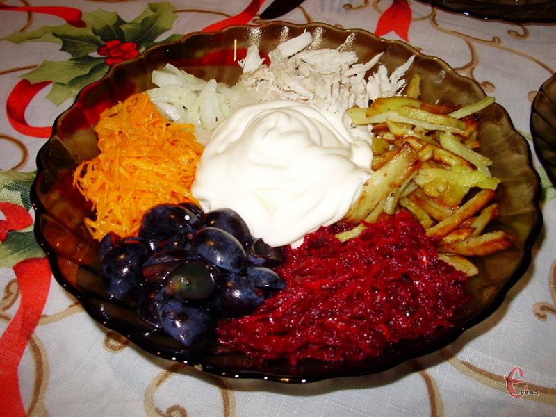 Салат можна готувати, як з виноградом, так і з зернами гранату. В обох варіантах він виходить дуже смачним, незвичним й оригінальним.