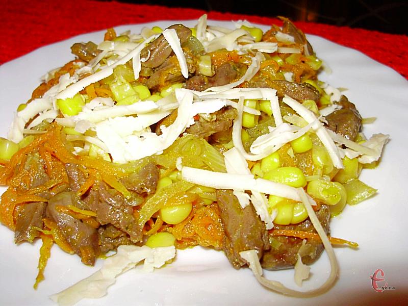 Цей м'ясний салатик смачний та ситний, тому цілком може бути основною самостійною стравою.