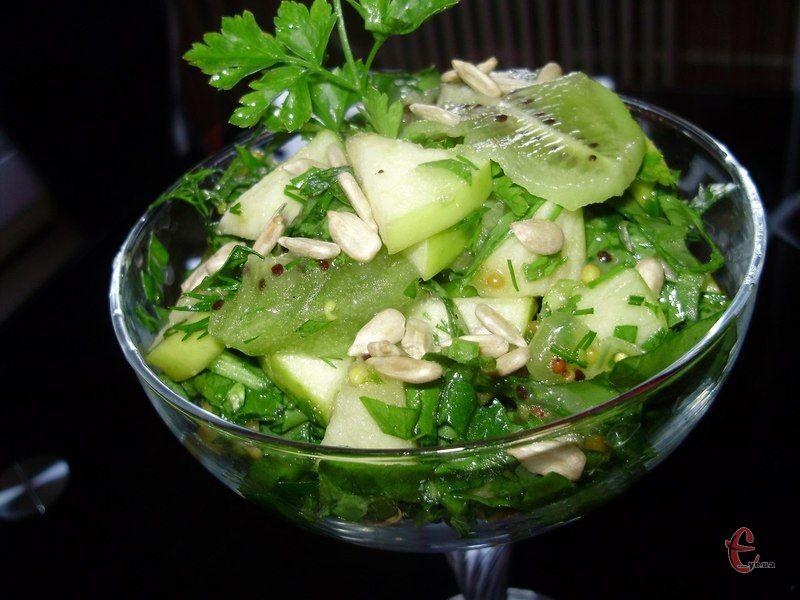 Салатик дуже смачний та неймовірно легкий, свіжо-кисло-солодкий, кислота щавлю абсолютно не відчувається, а смак виходить збалансованим.