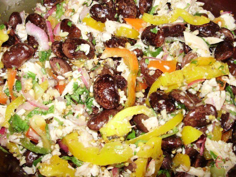 Дуже смачний і ошатний салатик! Пікантний, ситний і, в той же час, не важкий.