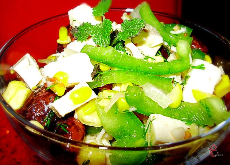 Для домашньої вечері в сімейному колі салатик можна готувати в одному великому салатнику, а для святкового застілля його можна подавати порційно у високих бокалах.