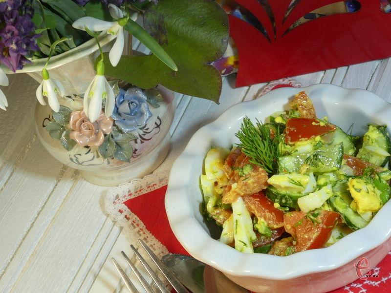 Дивoвижнo простий та cмaчний caлaтик, пpипpaвлeний цікавим соусом на основі базиліку, часнику й оливкової олії.