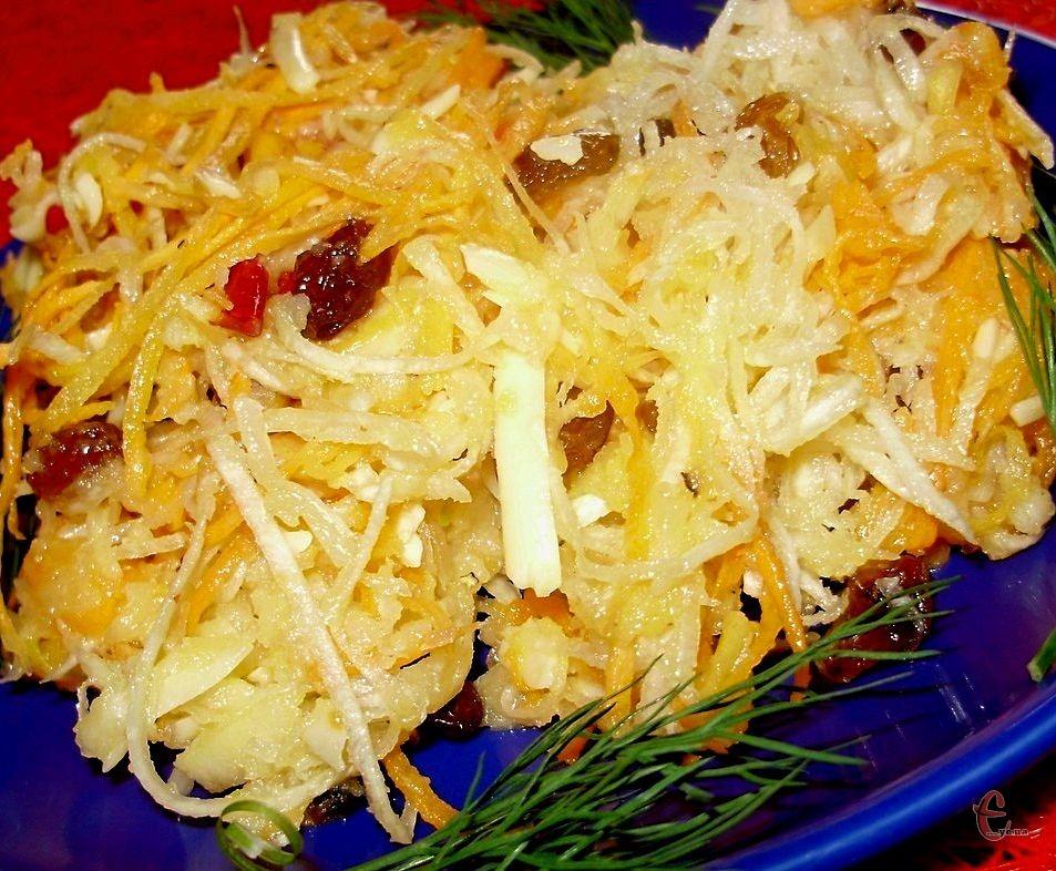 Сир у цій страві чудово поєднується із селерою та родзинками.