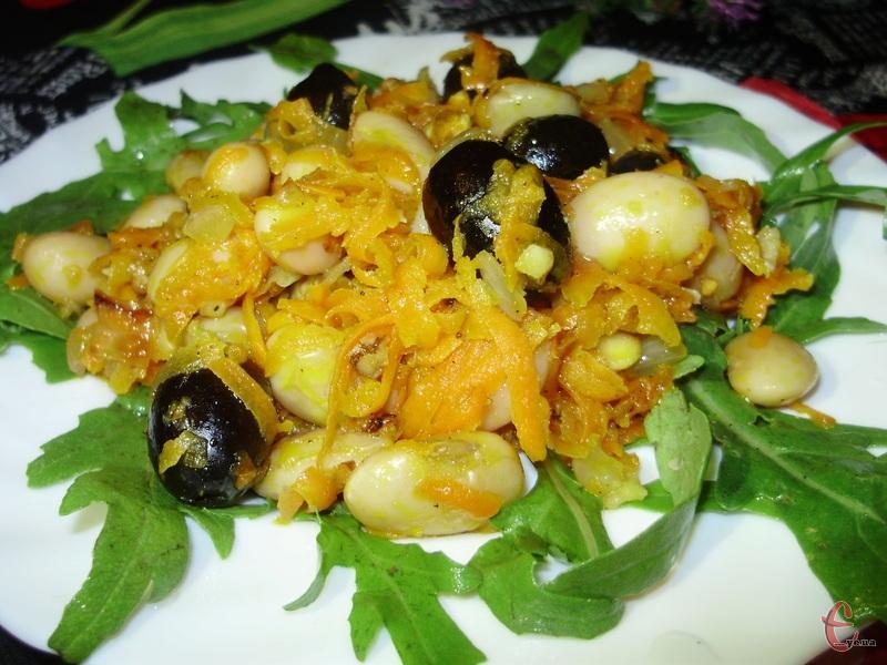 Доцільно буде посипати горішками салат безпосередньо перед самою трапезою.