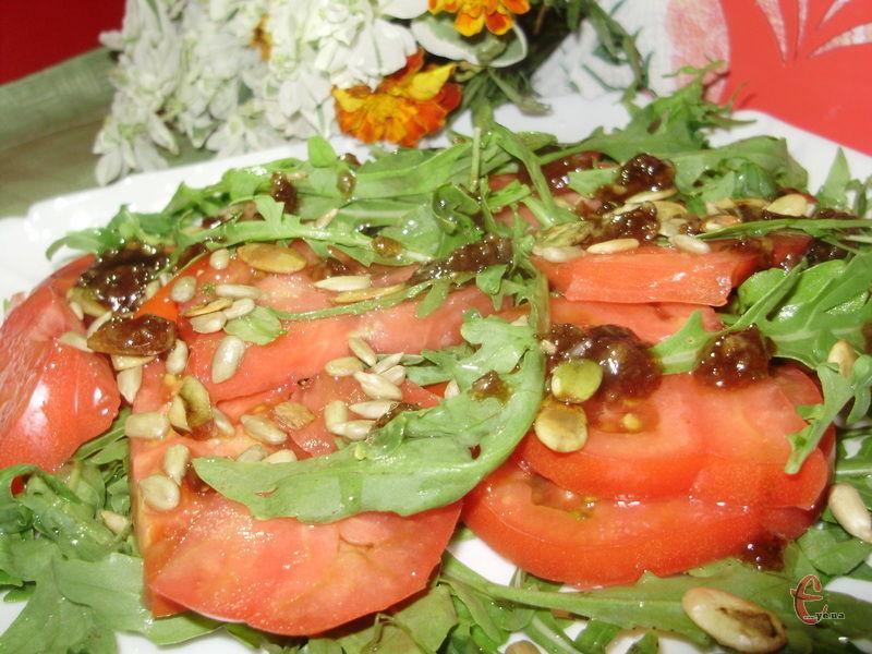 Основна привабливість і особливість цього салату – гарбузове та соняшникове насіння.