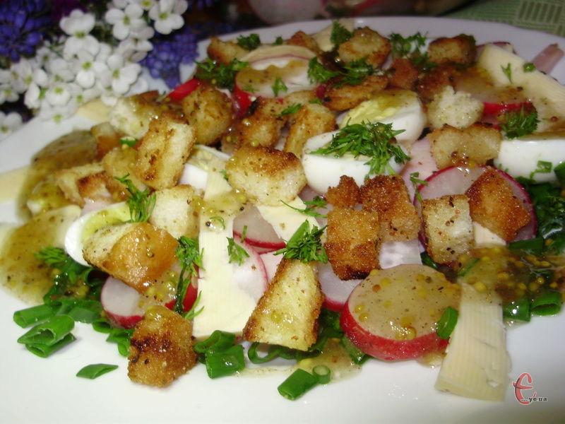 Завдяки балику й сиру салат стає ситнішим, а хрусткі гріночки зроблять його ще смачнішим.