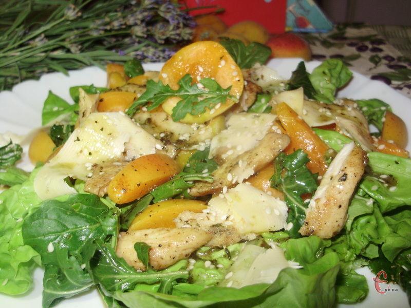 Літній, легкий, яскравий салатик для любителів поєднанням'яса та фруктів.