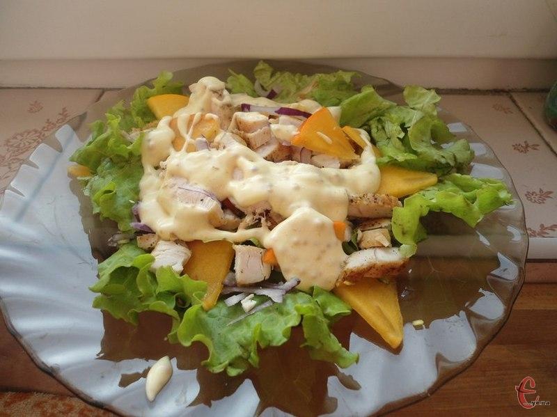 Хурму інакше ще називають «їжею богів». Цей сонячний фрукт ідеально поєднується з курячим м'ясом. Салати, в основі яких є ці два інгредієнти, виходять легкими, смачними й завжди святково виглядають.