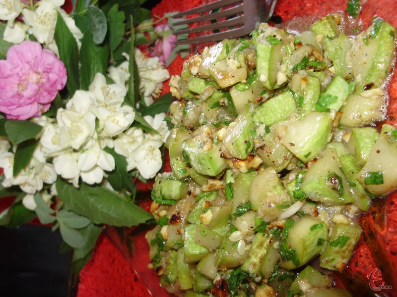 Кінза і горіхи надали салату пікантності й благородності, розфарбувавши пріснуваті кабачки своїми яскравими насиченими смаками.