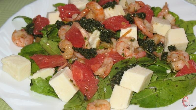 Відмінною рисою цього рецепта є гармонійне поєднання основних інгредієнтів — пікантних «імбирних» креветок, гіркуватого грейпфрута та ніжної нотки адигейського сиру.