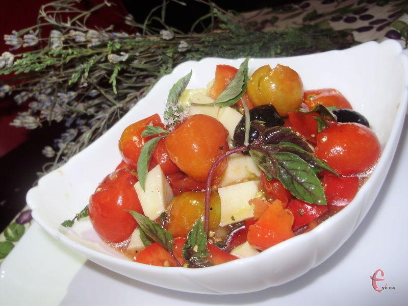 Дуже рекомендую подавати страву порційно у глибоченьких салатниках разом із соком. Ми потім вимачали його до краплини свіженькою хрумкою чіабаттою