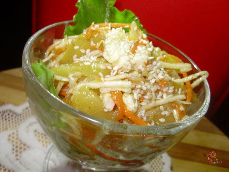 Подавати салат краще порційно в бокалі чи піалі.