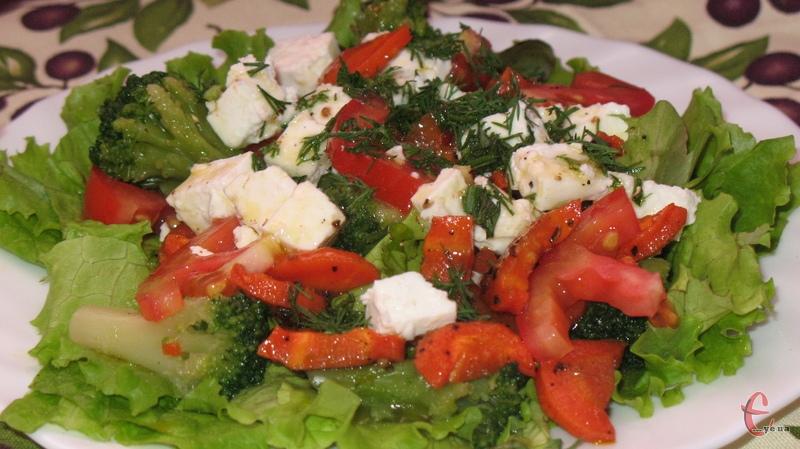 Солонувата бринза створює чудовий контраст із солодкуватою морквою і соковитими помідорами.
