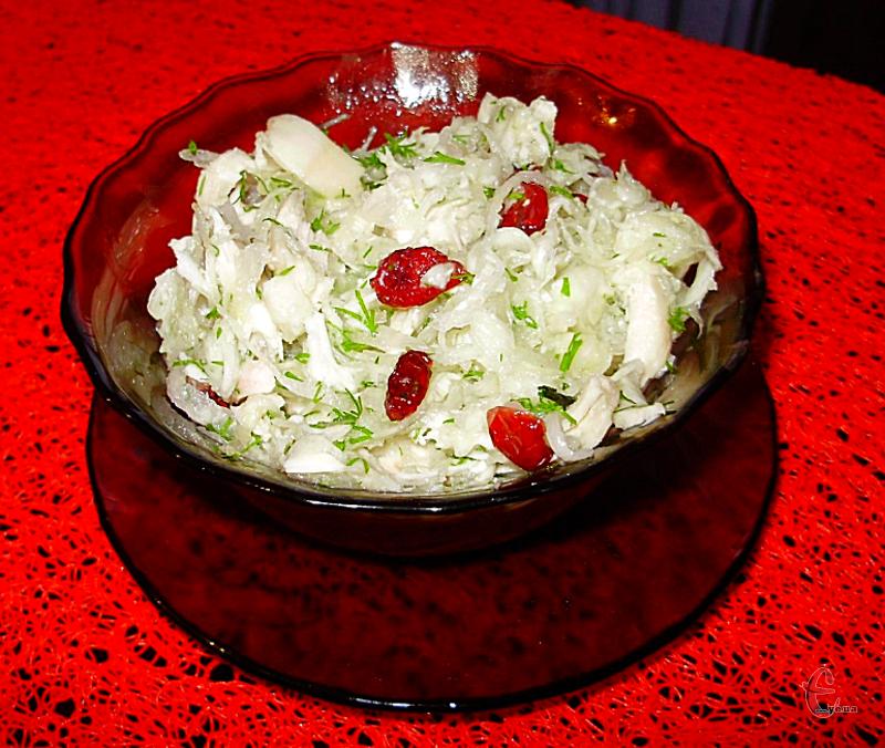 Солодка груша чудово доповнює курочку й хрустку капусту, а заправка робить смак ще багатограннішим і цікавішим.