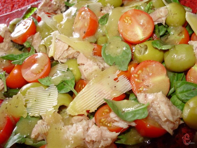 Дуже смачний літній салат з прованськими нотками. Заправити можна як в рецепті або вашою улюбленою заправкою для салатів.