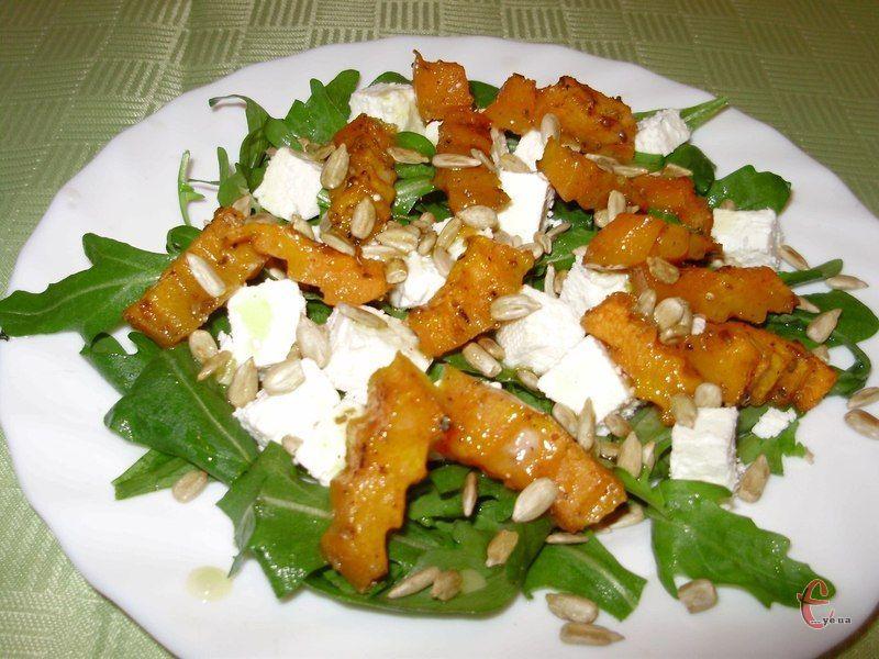Цей мінімалістичний салат можна доповнити або урізноманітнити будь-якими обсмаженими горішками чи насінням гарбуза.