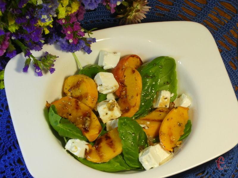 Справжній вибух смаків — салат з персиків, м'якого сиру і базиліка.