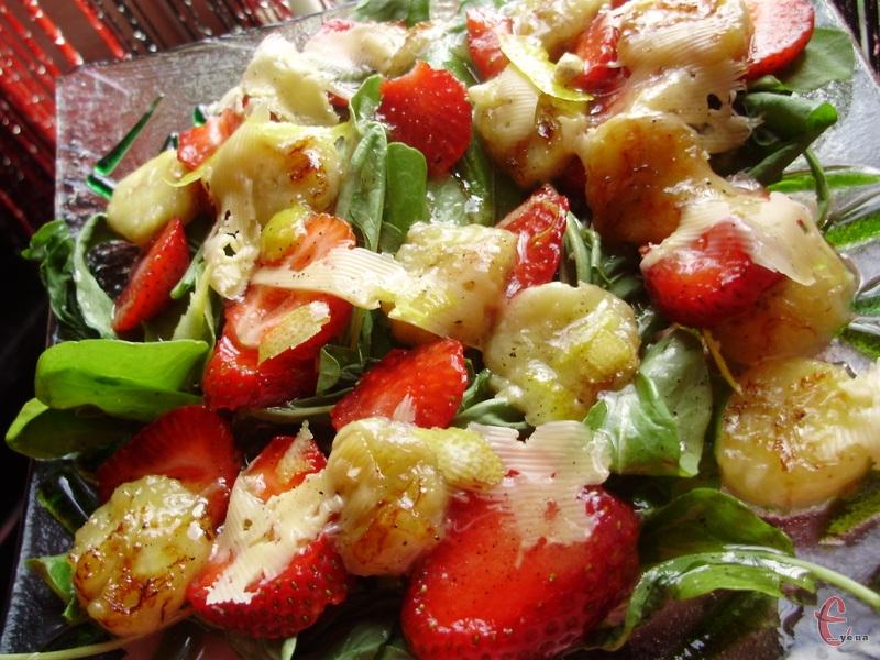 Чисто жіночий, приємно-солодкуватий салатик, але в той же час пікантний.
