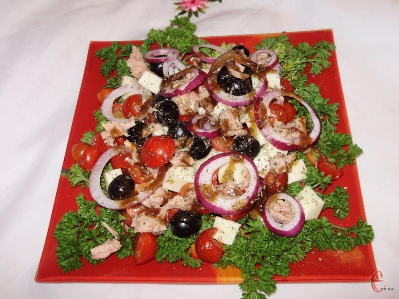 Останній штрих — посипати салат сухим базиліком.